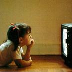 Niña viendo la tele